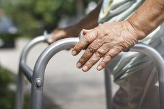 Starsza kobieta używa piechura krzyża ulicę Zdjęcie Stock