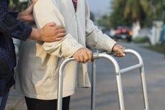Starsza kobieta używa piechura krzyża ulicę Zdjęcie Royalty Free