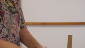 Starsza kobieta ugniata glinę w ona ręki zdjęcie wideo