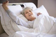Starsza kobieta w łóżku Obraz Stock