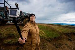 Starsza kobieta w górach bierze selfie na akci kamerze zdjęcia stock