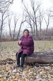 Starsza kobieta w jesień lasu pieczarki czasie Obrazy Royalty Free