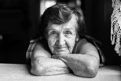 Starsza kobieta w kontrascie czarny i biały Obraz Royalty Free
