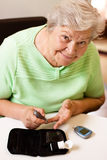 Starsza kobieta w krwionośnego cukieru miarze Zdjęcia Stock