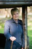 Starsza kobieta w lesie Zdjęcie Royalty Free