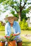 Starsza kobieta w ogródzie obraz stock