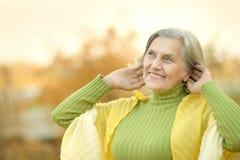 Starsza kobieta w parku Zdjęcia Royalty Free