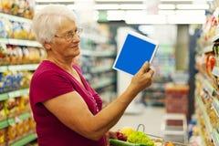 Starsza kobieta w sklepu spożywczy sklepie zdjęcie royalty free