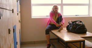 Starsza kobieta wiąże shoelace w odmienianie pokoju 4k zbiory wideo