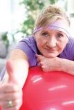 Starsza kobieta wtyka kciuk up zdjęcie royalty free