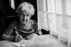 Starsza kobieta wypełnia out płatniczego ślizganie Fotografia Royalty Free