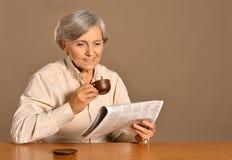 Starsza kobieta z filiżanką Zdjęcia Royalty Free