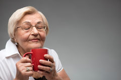 Starsza kobieta z filiżanką kawy Zdjęcie Stock