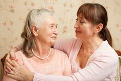 Starsza kobieta z ich opiekunem w domu obraz royalty free