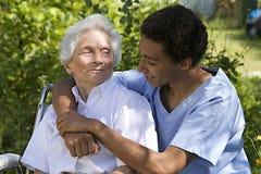 Starsza kobieta z jej opiekunem Obrazy Royalty Free