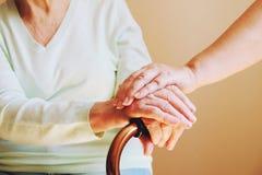 Starsza kobieta z jej opiekunem w domu Pojęcie opieki zdrowotnej starsi ludzie Obraz Stock