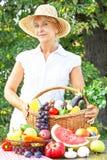 Starsza kobieta z koszem pełno owoc i warzywo obraz royalty free
