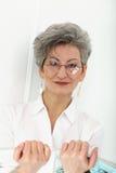 Starsza kobieta z magazynem Fotografia Stock