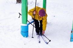 Starsza kobieta z nartami Obrazy Royalty Free