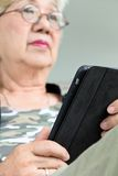 Starsza kobieta z pastylką Zdjęcie Royalty Free