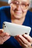 Starsza kobieta z pastylka komputerem Zdjęcia Royalty Free