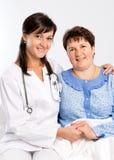 Starsza kobieta z pielęgniarką przy szpitalem Zdjęcia Royalty Free