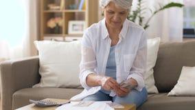Starsza kobieta z pieniądze i rachunkami w domu zdjęcie wideo