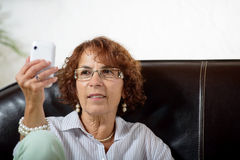 Starsza kobieta z telefonem Obraz Stock