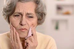 Starsza kobieta z zębu bólem obraz stock