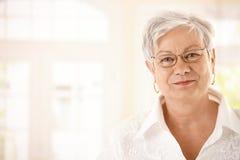 Starsza kobieta zbliżenie portret obraz stock