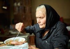 Starsza kobiety łasowania polewka Zdjęcie Stock