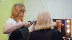 Starsza kobiety fryzury fryzjera wizyta Z powrotem Przegląda zbiory wideo
