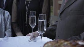Starsza osoba mężczyzny mienia szampańscy szkła na tacy zbiory wideo
