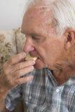 Starsza osoba mężczyzna łasowania Shortbread Obraz Royalty Free