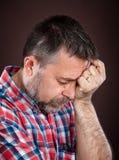 Starsza osoba mężczyzna cierpienie od migreny zdjęcia royalty free