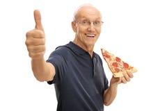 Starsza osoba mężczyzna je plasterek pizza zdjęcia royalty free