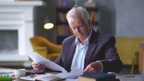Starsza osoba mężczyzna martwi się o rachunkach rozumie że wszystko jest dobrze uspokaja puszek, oddycha wolno, zbiory