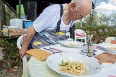 Starsza osoba mężczyzna obsiadanie przy lunchu stołem plenerowym zdjęcie royalty free