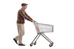 Starsza osoba mężczyzna pcha wózek na zakupy Obraz Royalty Free