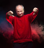 Starsza osoba mężczyzna pokazywać kciuki zestrzela Obraz Stock