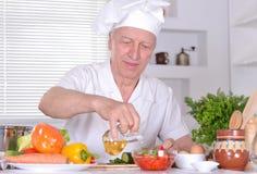 Starsza osoba mężczyzna szef kuchni Zdjęcia Royalty Free