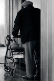 Starsza osoba mężczyzna use piechur (chodzi ramę) obraz royalty free
