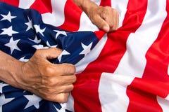 Starsza osoba mężczyzna wręcza trzymać usa flaga Pojęcie czułość dla zdjęcie stock