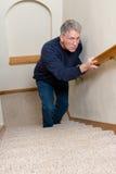 Starsza osoba mężczyzna wspinaczki schodki Wprawiać w zakłopotanie, Okaleczający, zdjęcie stock