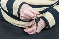Starsza osoba trzyma klucz Fotografia Royalty Free