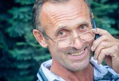 Starsza osoba z telefonem komórkowym Obrazy Royalty Free