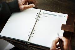 Starsza osoby ` s ręka pisze czasopiśmie zdjęcia royalty free