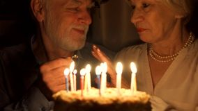 Starsza para świętuje z tortem w domu Starszy mężczyzna robi małżeństwo propozyci z pierścionkiem zaręczynowym zbiory wideo