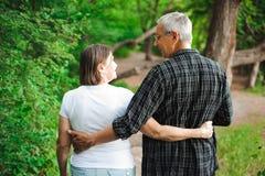 Starsza para chodzi wpólnie w lesie, zakończenie zdjęcia stock