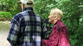Starsza para cieszy się chodzić w lato parku zdjęcie wideo